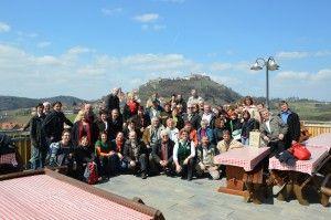 Gruppenfoto Vino Cool vor der Riegersburg beim Buschenschank Bernhart