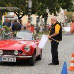 Zieleinlauf von Fruhwirt Jun. und Sen. im Fiat 124 Spider unter der Aufsicht von Harald Neger