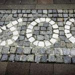 Die Pflastersteine erinnern an die Religionskommission 1600